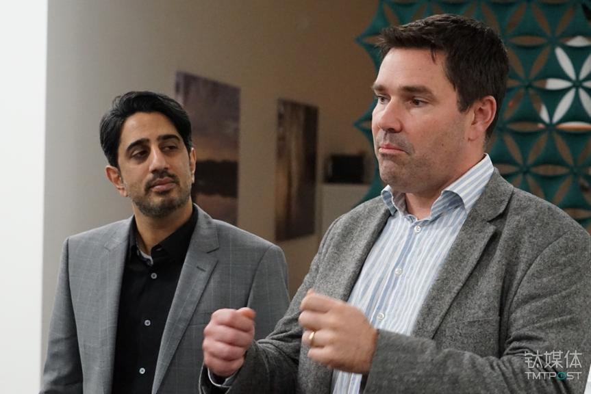 研发中心业务拓展副总裁Zaki(左)和互联产品开发负责人Kristoffer(右)