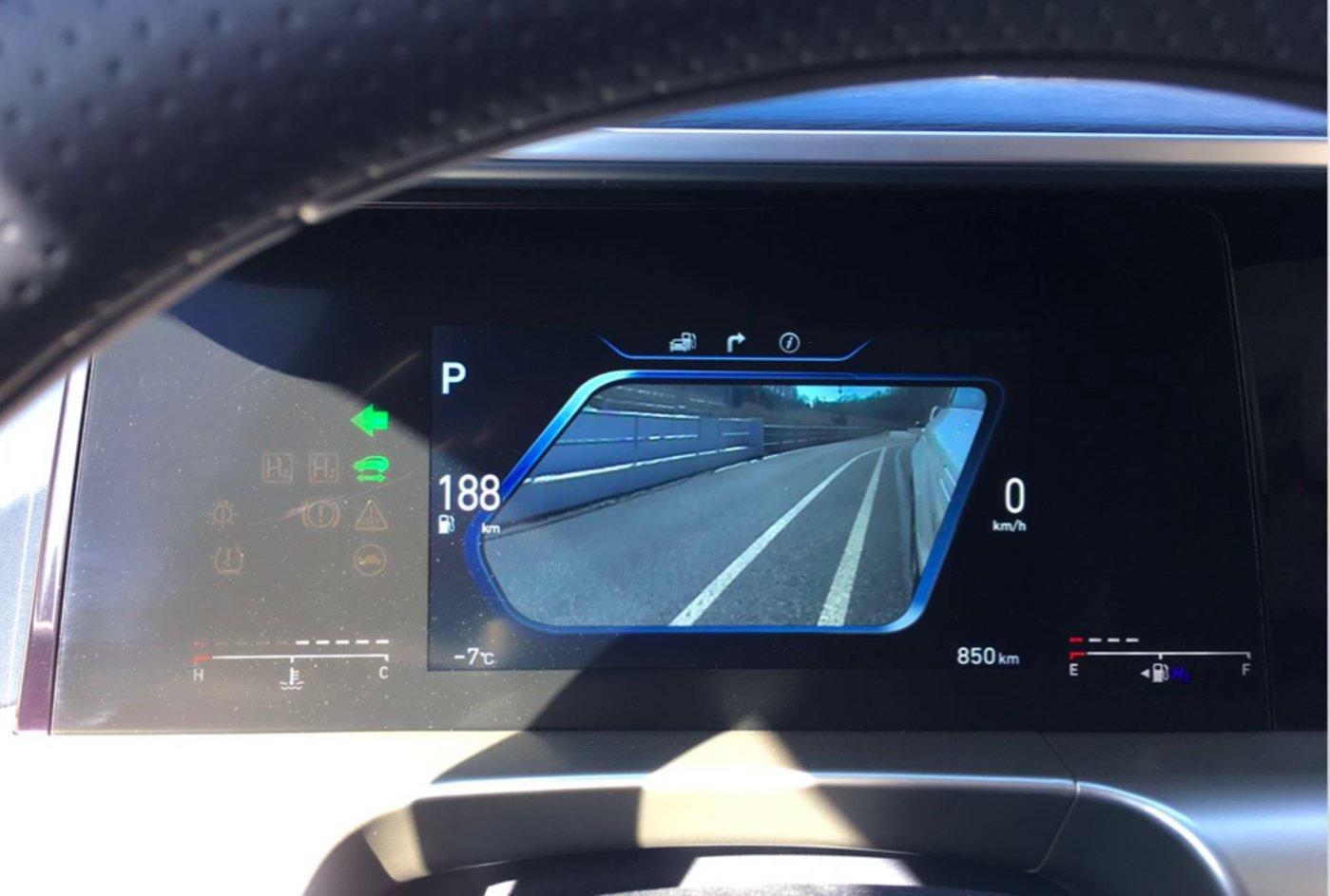 打开左转向灯,仪表盘会显示车身左侧画面