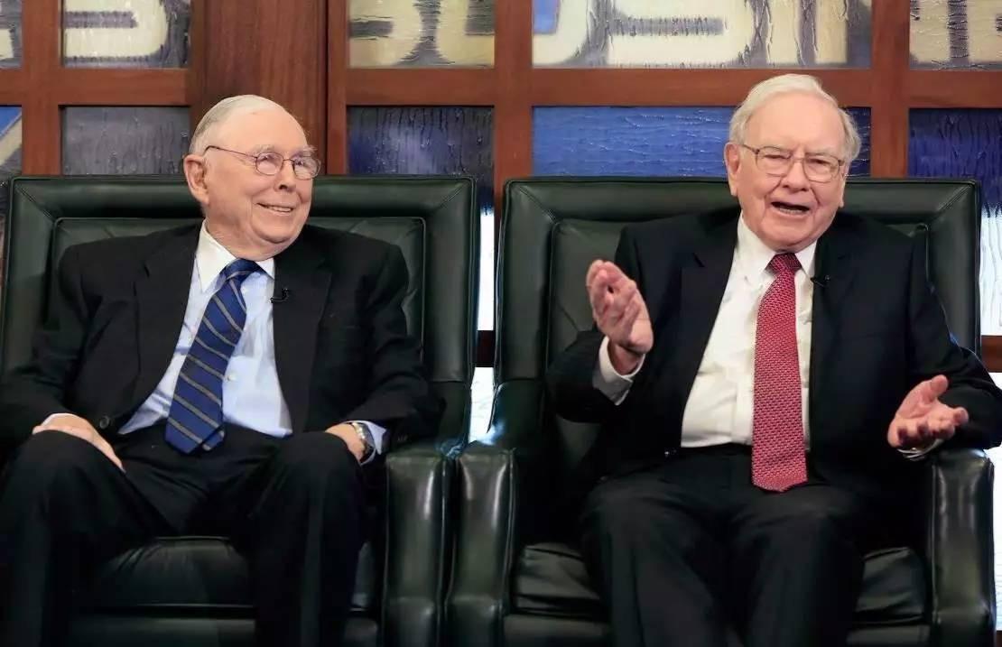 查理·芒格(左)和沃伦·巴菲特(右)