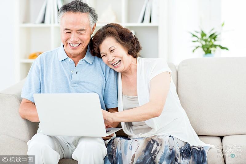 大数据下的中老年人互联网生活:最爱表情包、容易被红包诱骗、过半用手机支付