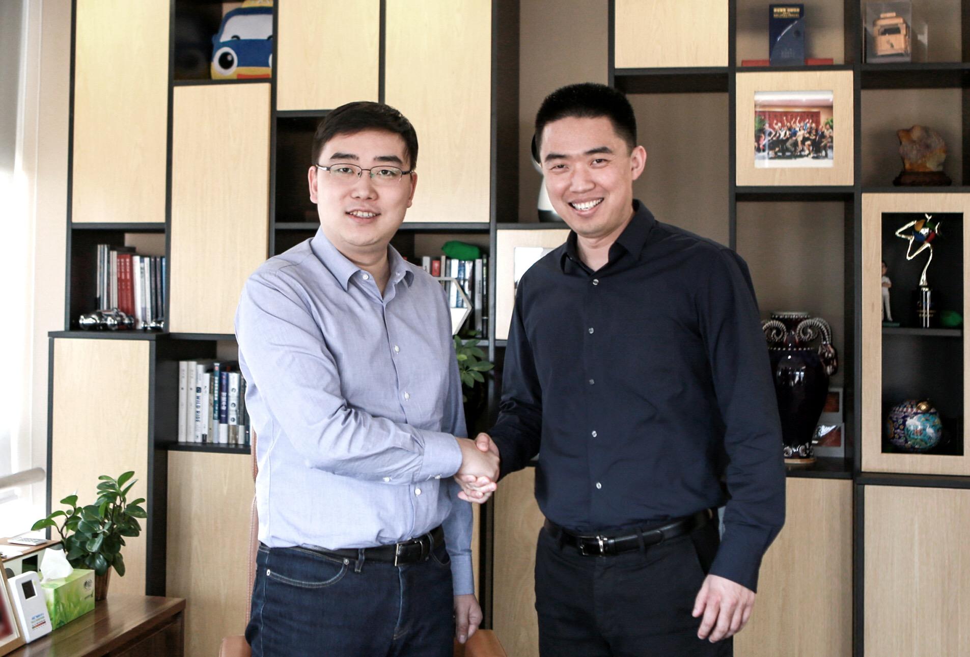 滴滴出行创始人、CEO程维(左)与车和家创始人、董事长兼CEO李想(右)合影
