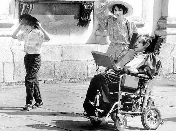 只有三根手指能动,霍金是如何靠轮椅实现发音写作自由的?