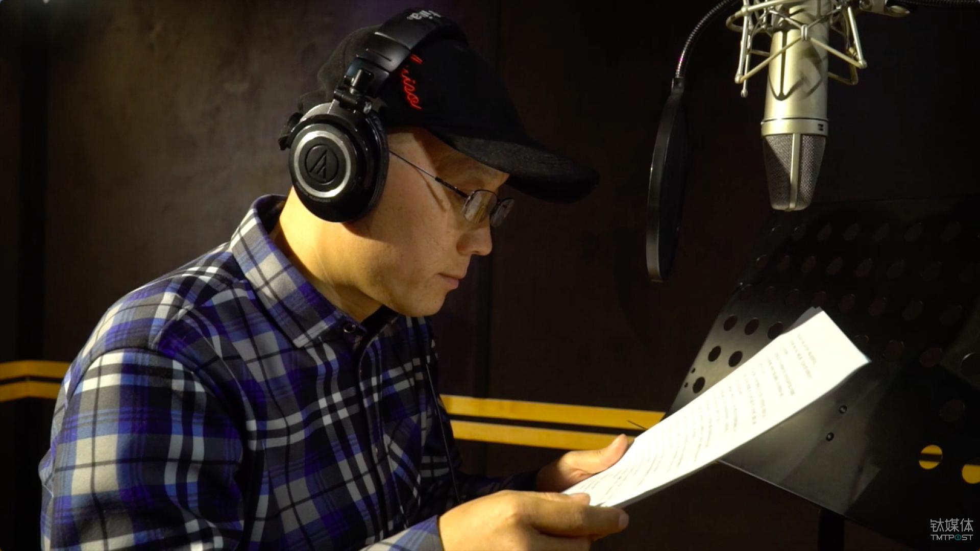 王先生在录制自己的声音