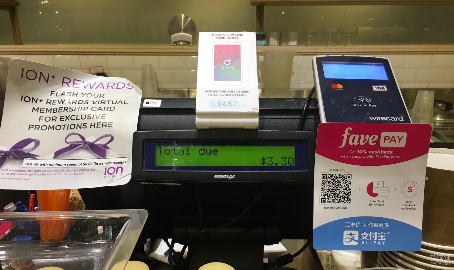 位于新加坡乌节路购物中心的门店内,均贴有支付宝的二维码。