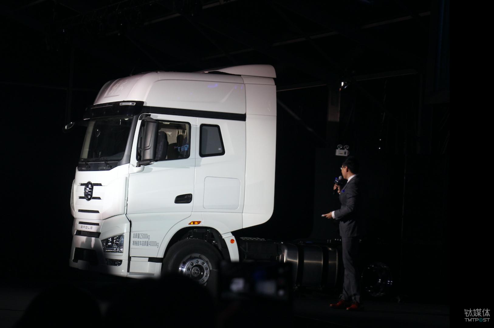 白色的豪华版J7 6×4牵引车