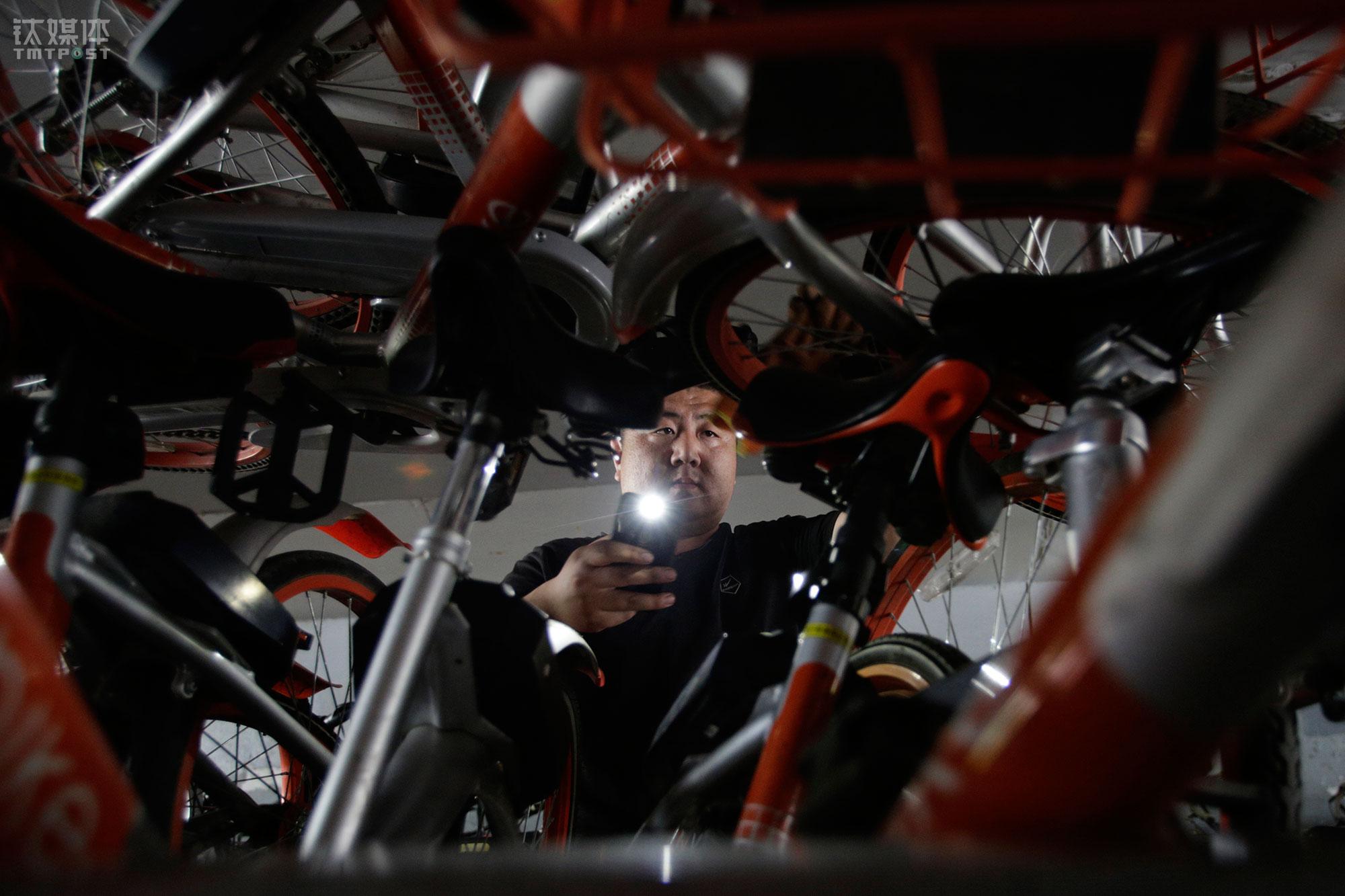 2018年4月24日,慈云寺桥下,大强在察看刚刚装好的车辆。经朋友介绍,大强大年初六从老家山东来到北京,成为一家专门为共享单车公司提供车辆人工调度服务的物流公司的工人。