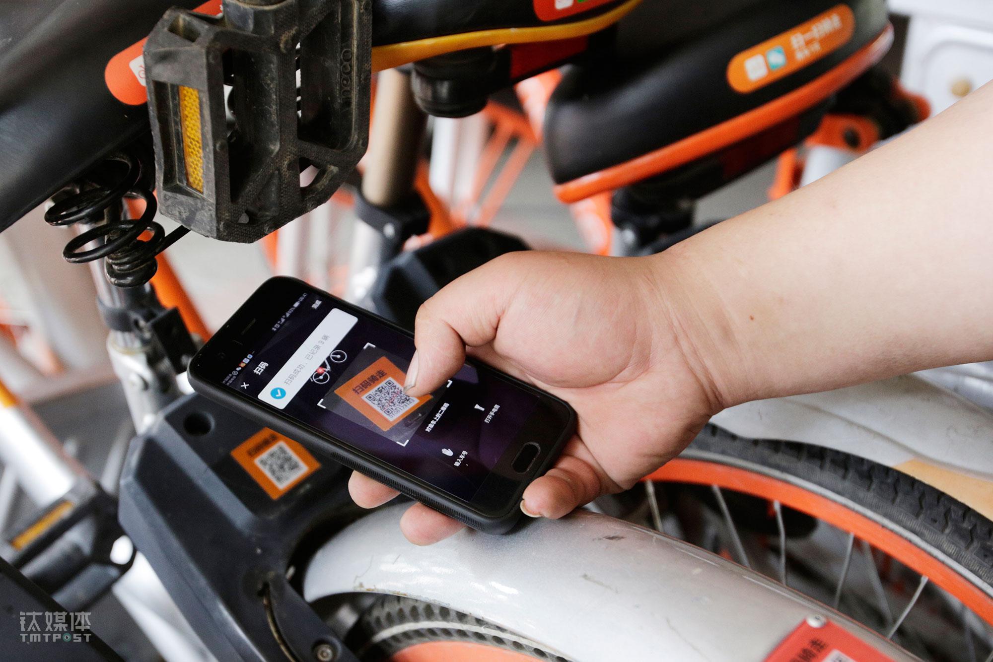 按照公司规定,三轮车工作时间从上午7点到下午2点,在这段时间内要运送150辆单车。每搬运一辆车,大强都要拿出手机扫码登记,供系统统计工作量。