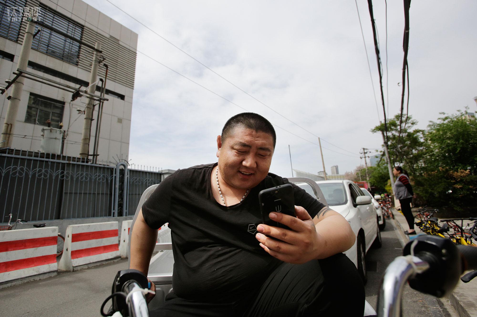 """工作间隙,大强接到老婆的微信视频电话。大强来北京打工,他老婆带着3个孩子在山东老家。他的大儿子11岁,两个小儿子是双胞胎,三个孩子都在山东老家。最近最小的儿子生病了,夫妻俩在微信电话里商量着怎么给孩子看病。""""我回家也方便,开车回去4个小时,想家了就回去看看,或者周六日让孩子到北京玩"""",大强告诉钛媒体《在线》。"""