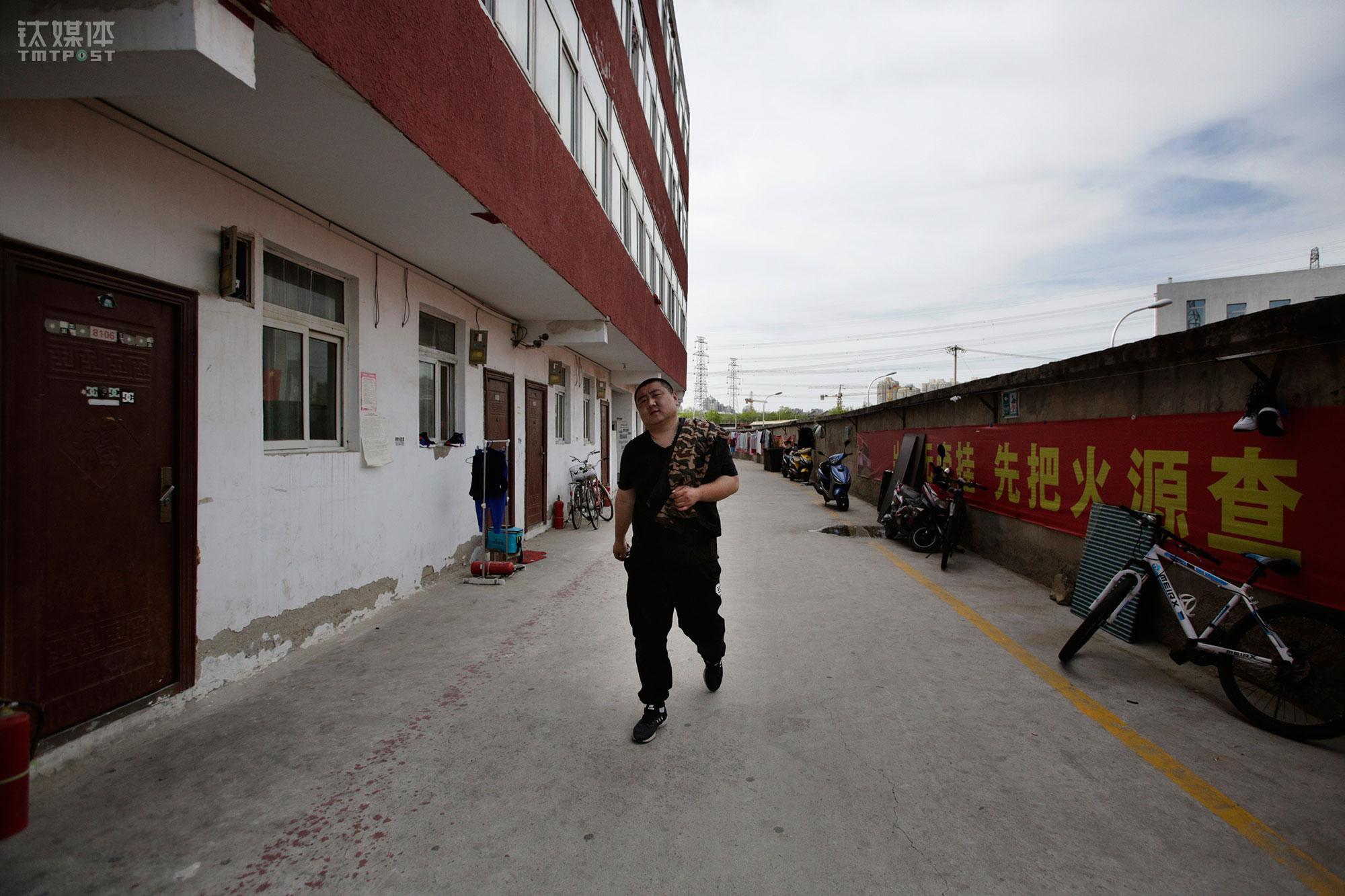 上午班的工作量完成,在快餐店吃过饭,大强回到位于百子湾公寓的公司宿舍。