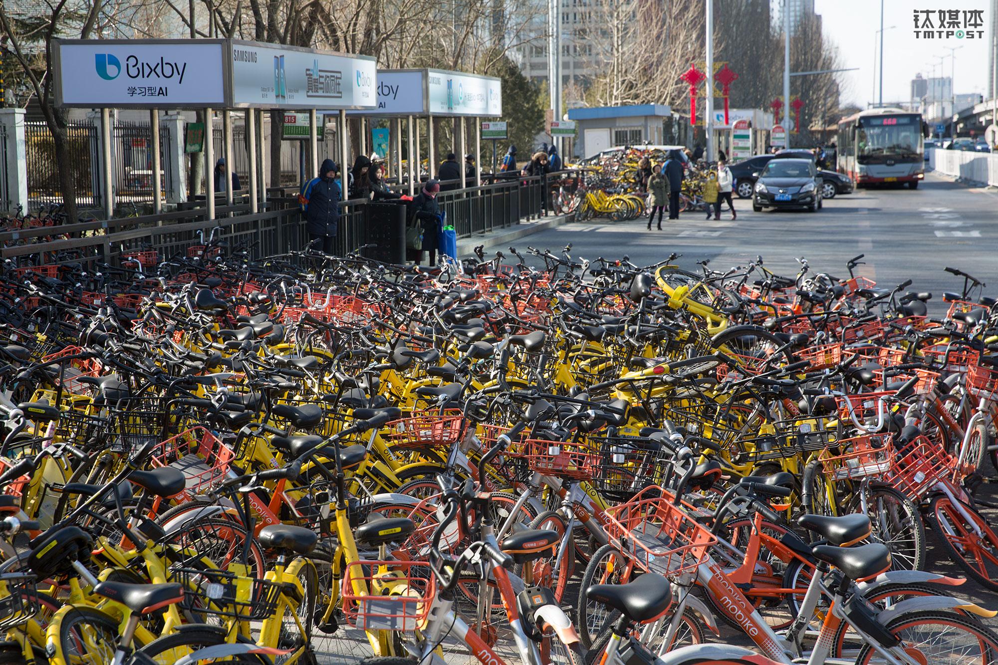 图为2018年2月12日,农历腊月二十七,北京大望路八王坟东公交站,淤积在公交港湾的共享单车。随着春节前务工人员返乡,北京多个站点出现了类似情况。