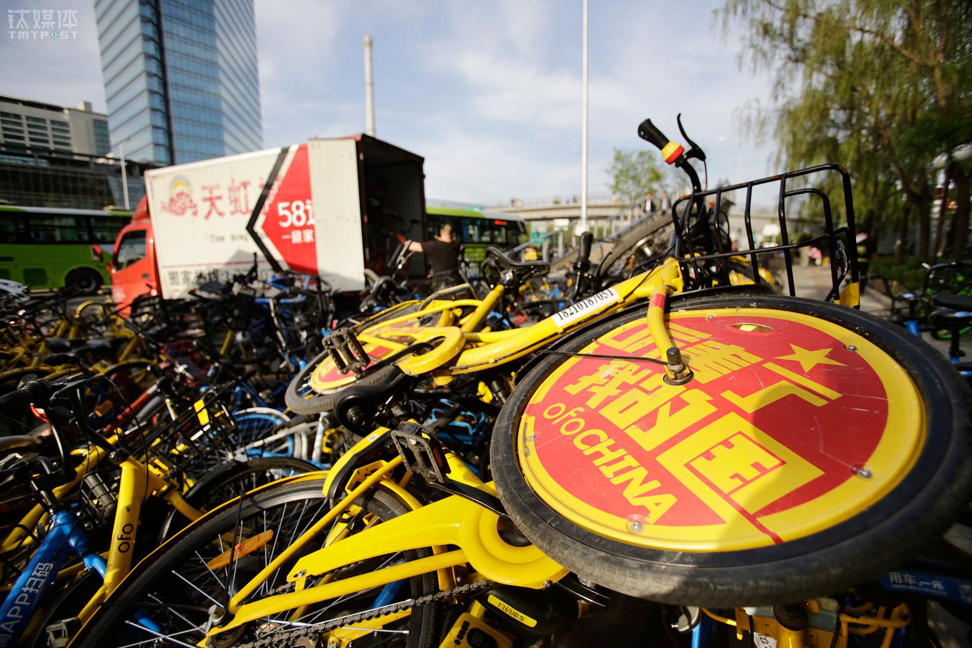 """4月24日下午,八王坟东公交站堆积的共享单车。""""共享单车挺方便,但很多人自己得了方便,就不给别人方便,骑完乱放。""""在街上搬了两个月车,大强觉得骑车的人不太珍惜这些车,""""如果每个人素质都高一点,可能问题会少一些""""。"""