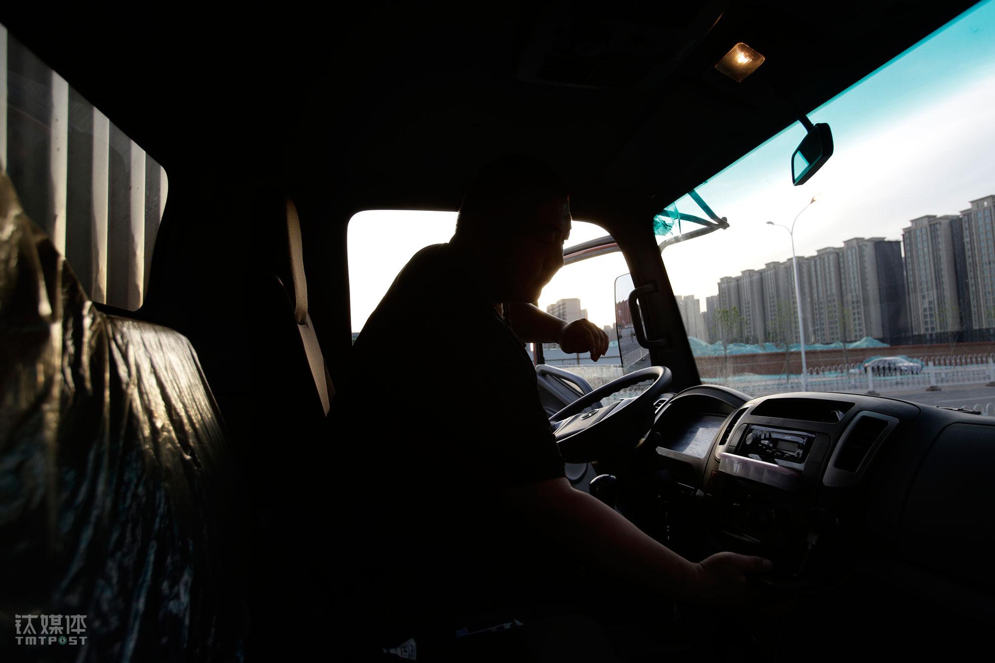 """大强接触社会很早,相比不会开货车的工友,他多一项驾驶技能,也就有机会上两个班,多挣一份工钱。""""我还挺喜欢加班的,我们正常每天一个班一个月四千包吃住,能加班就多挣点,但是加班机会也不多,最近是人手缺了。""""大强的正班是下午4点到晚上12点的厢货车,上午开三轮是加班。"""