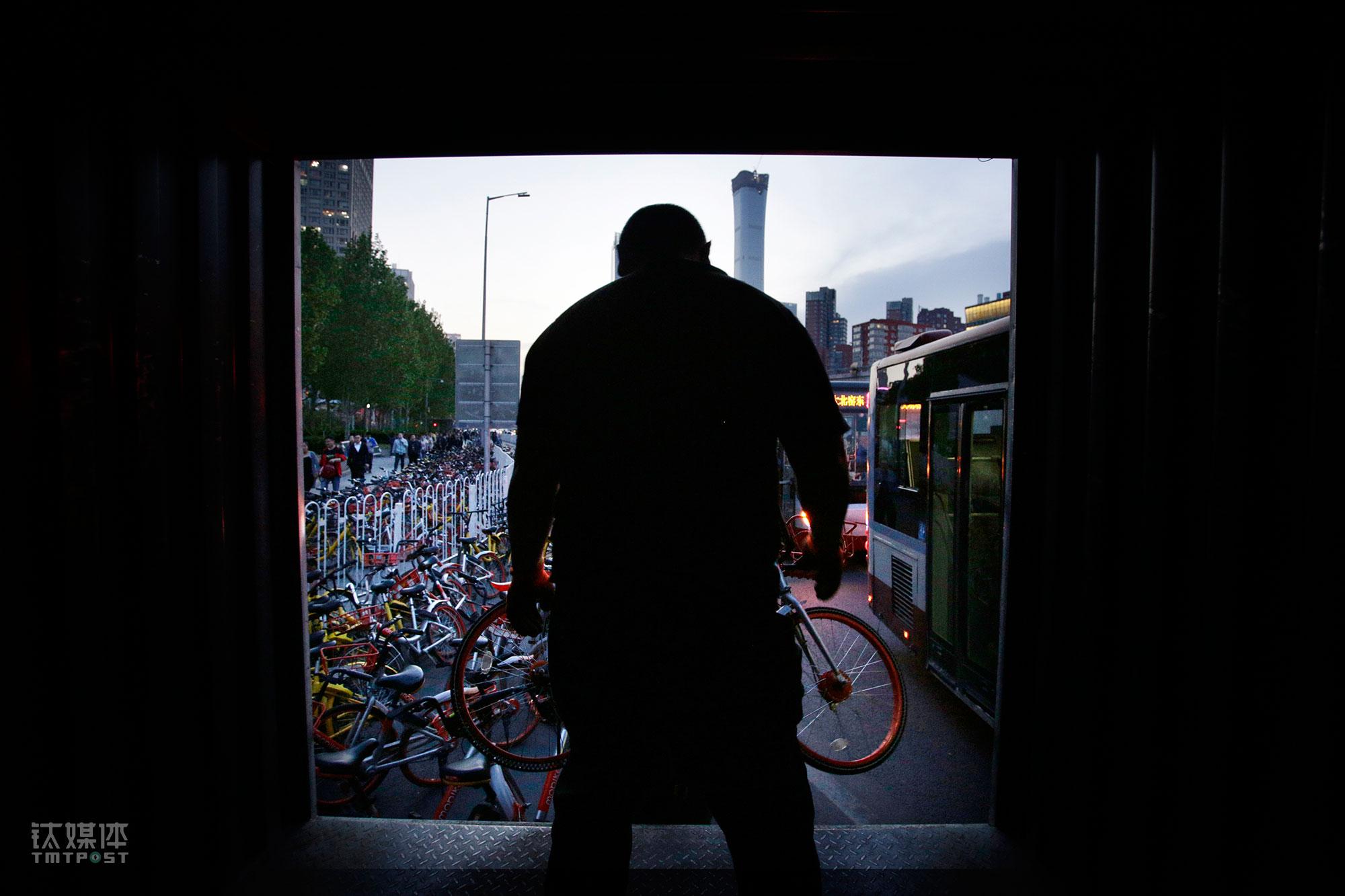 天色开始变暗,单车越来越多,为了不影响交通,单车的装车速度也加快了。大强站在厢货车里,准备接下工友举起来的一辆摩拜。