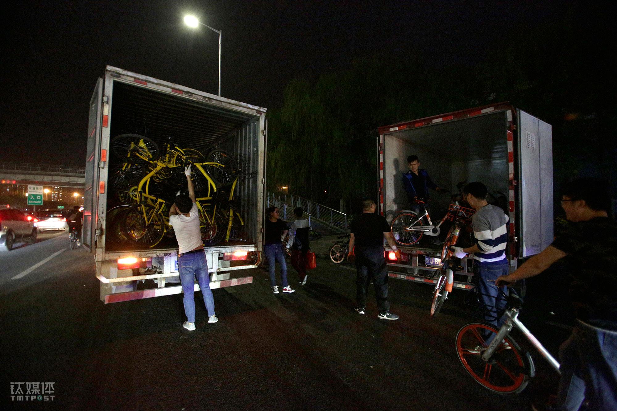 4月24日晚上9点多,两辆厢货仍在装运共享单车。