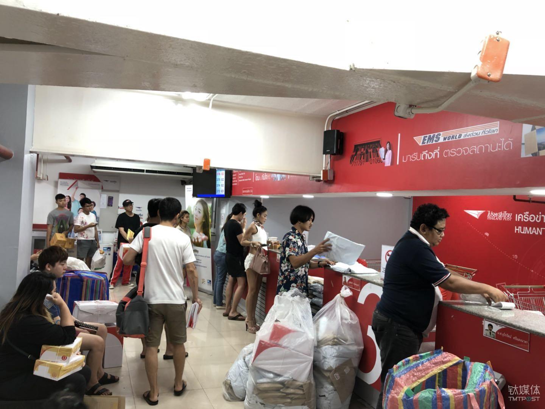 晚上十点,泰国邮局人们在排队寄送快递。