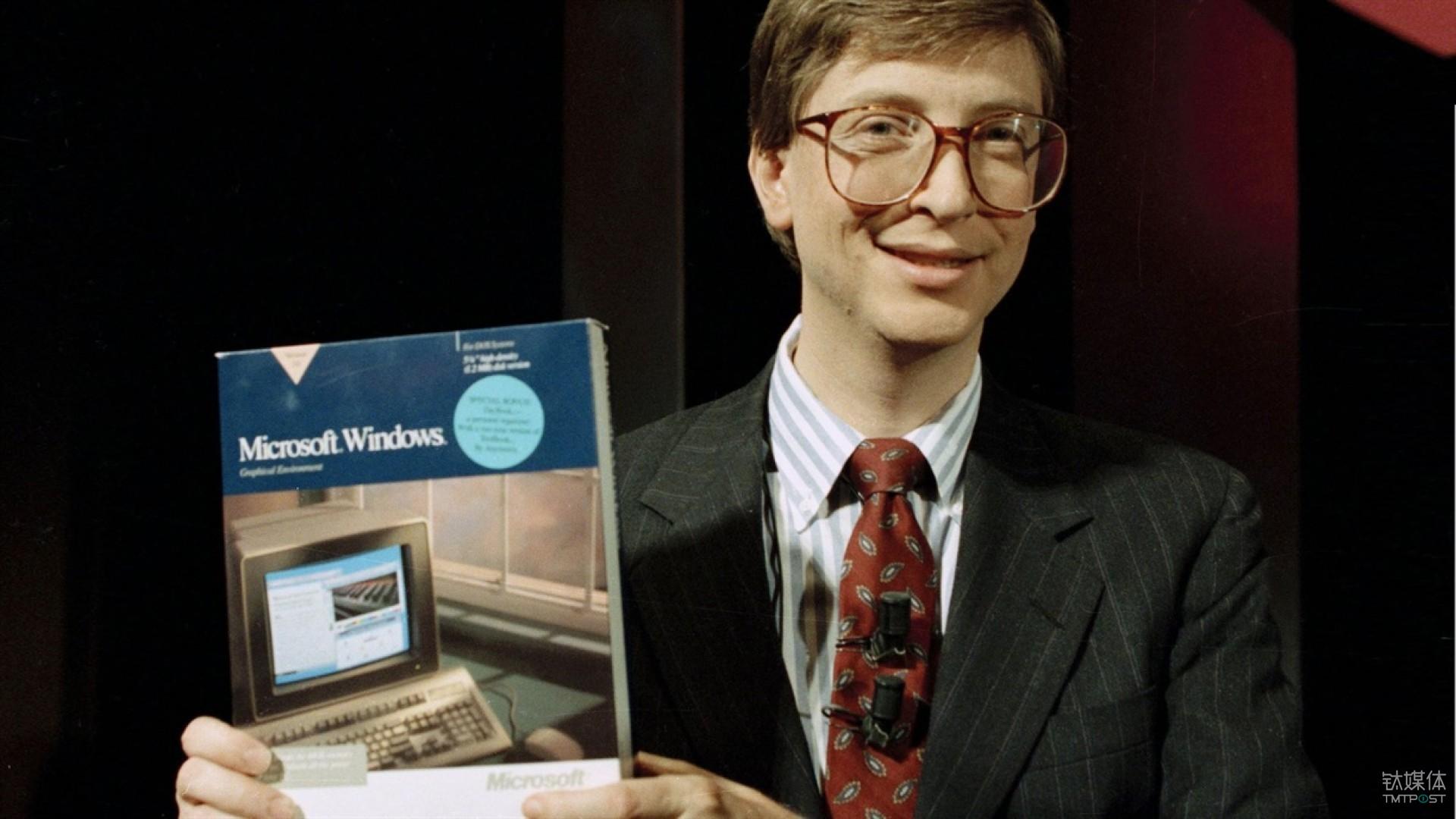 比尔·盖茨在1990年手持 Windows 3.0