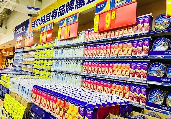 沃尔玛北京知春路店入口处的自有品牌商品