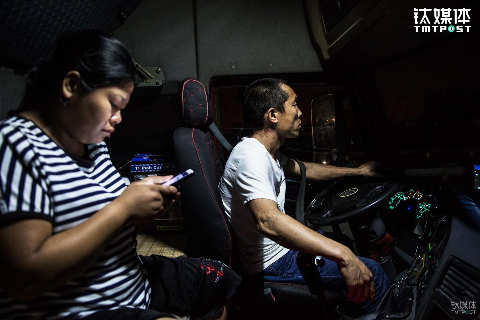钛媒体《在线》跟拍了一堆货车司机夫妇:货车车主金强、王静夫妇。