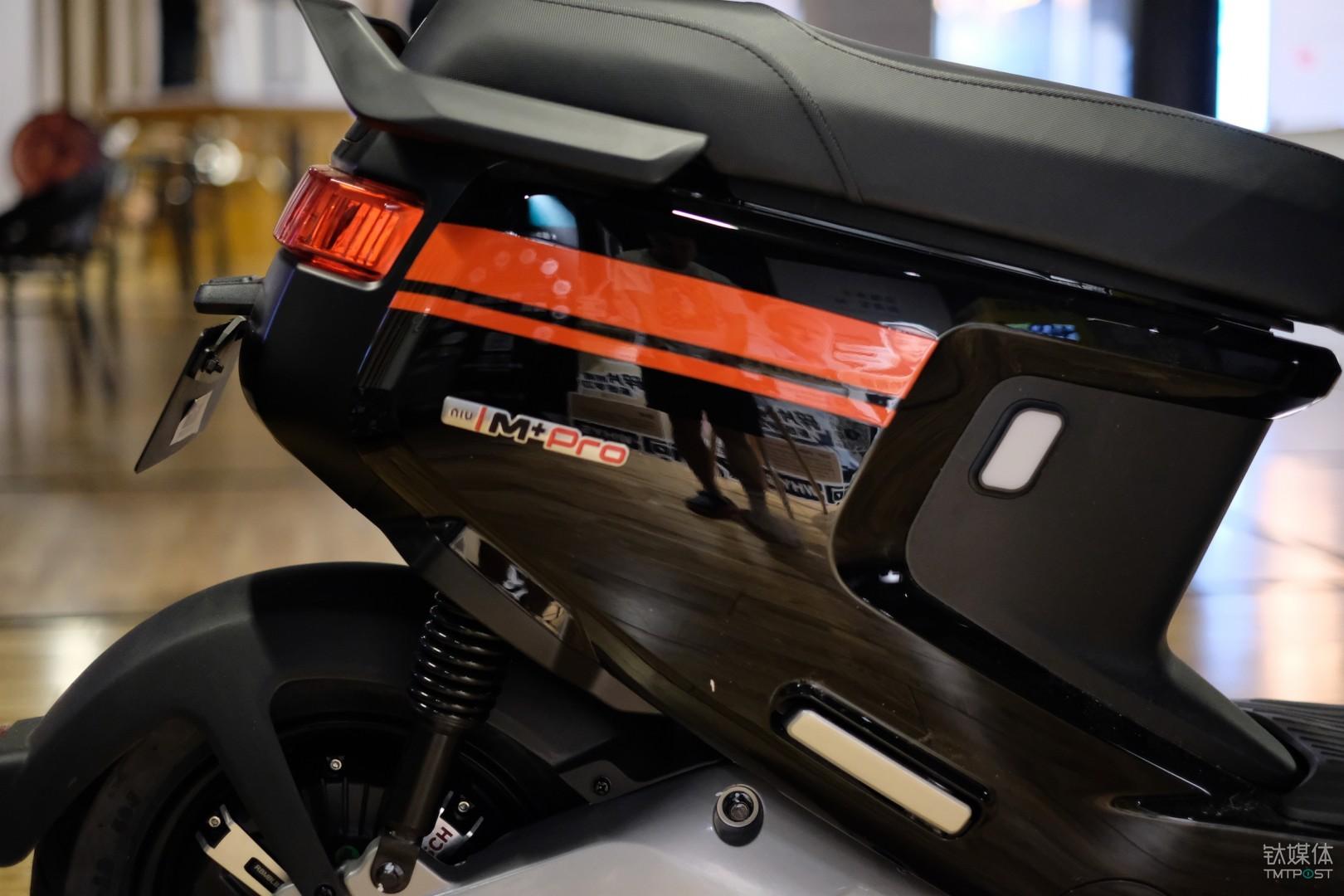 小牛电动车 M+ Pro 侧面车标细节