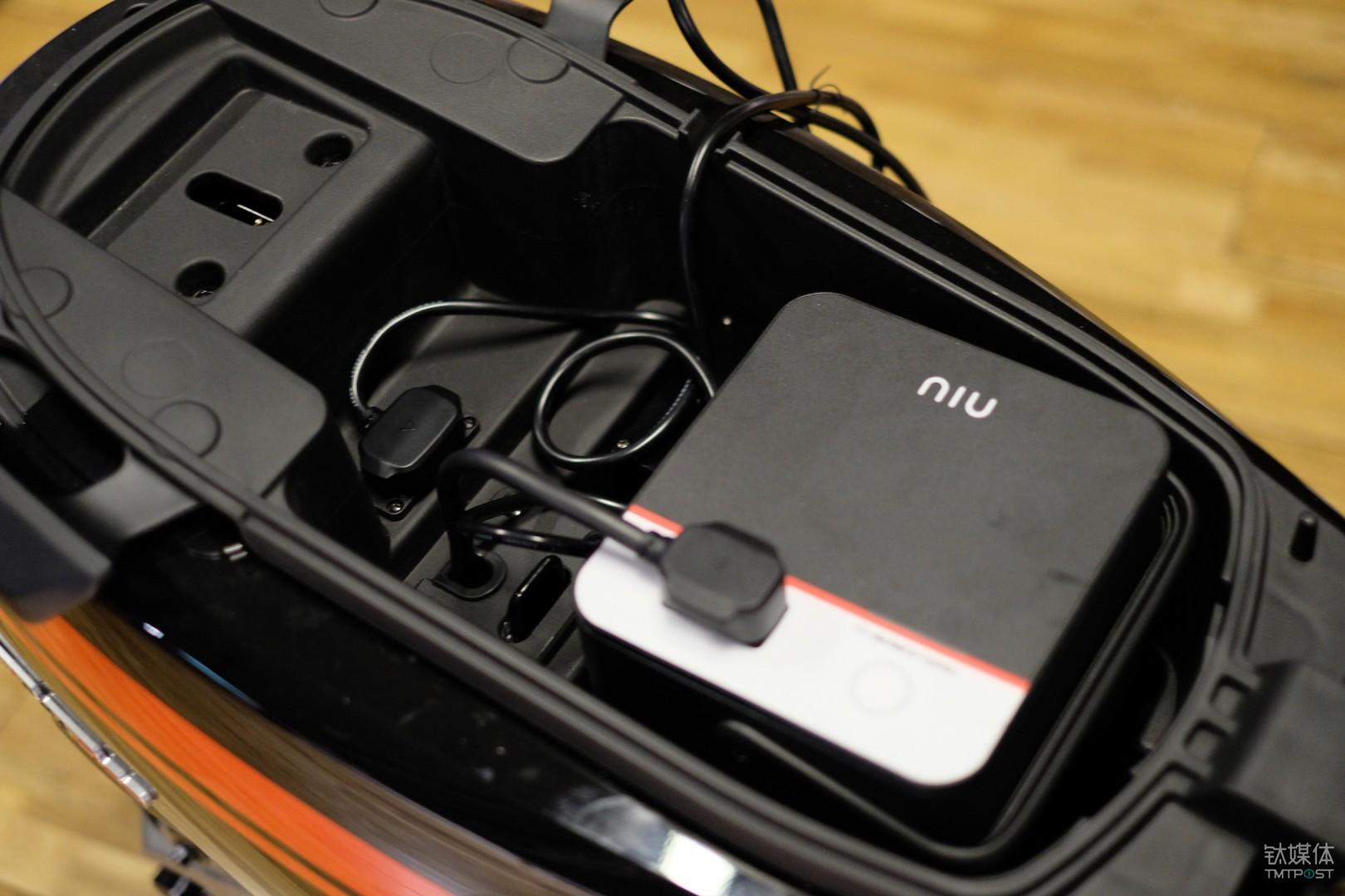 打开车座,座桶空间刚好可以放下电池和充电器