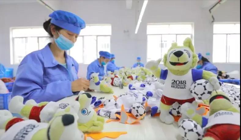 """2018年5月,湖南某厂,女工们正在为""""扎比瓦卡""""缝合眼罩"""