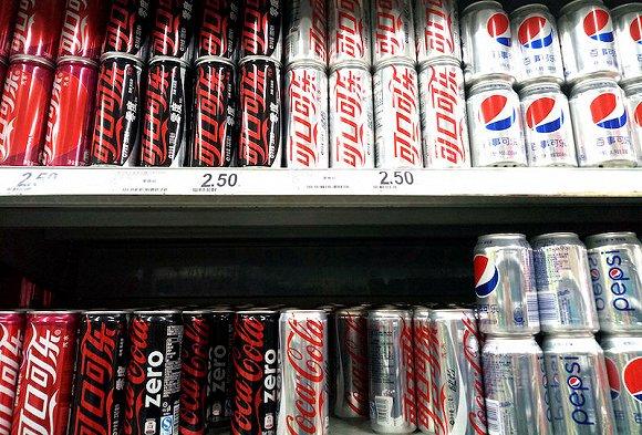 超市货架可乐区域更常见的还是经典产品。(图片来源:视觉中国)
