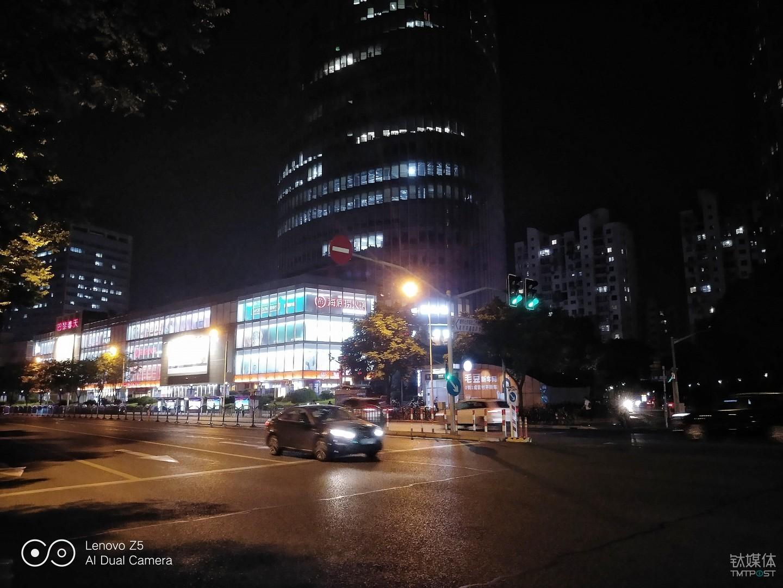夜景样张 焦距:4.0mm 光圈:f/2.0 快门速度:1/17s ISO:1600