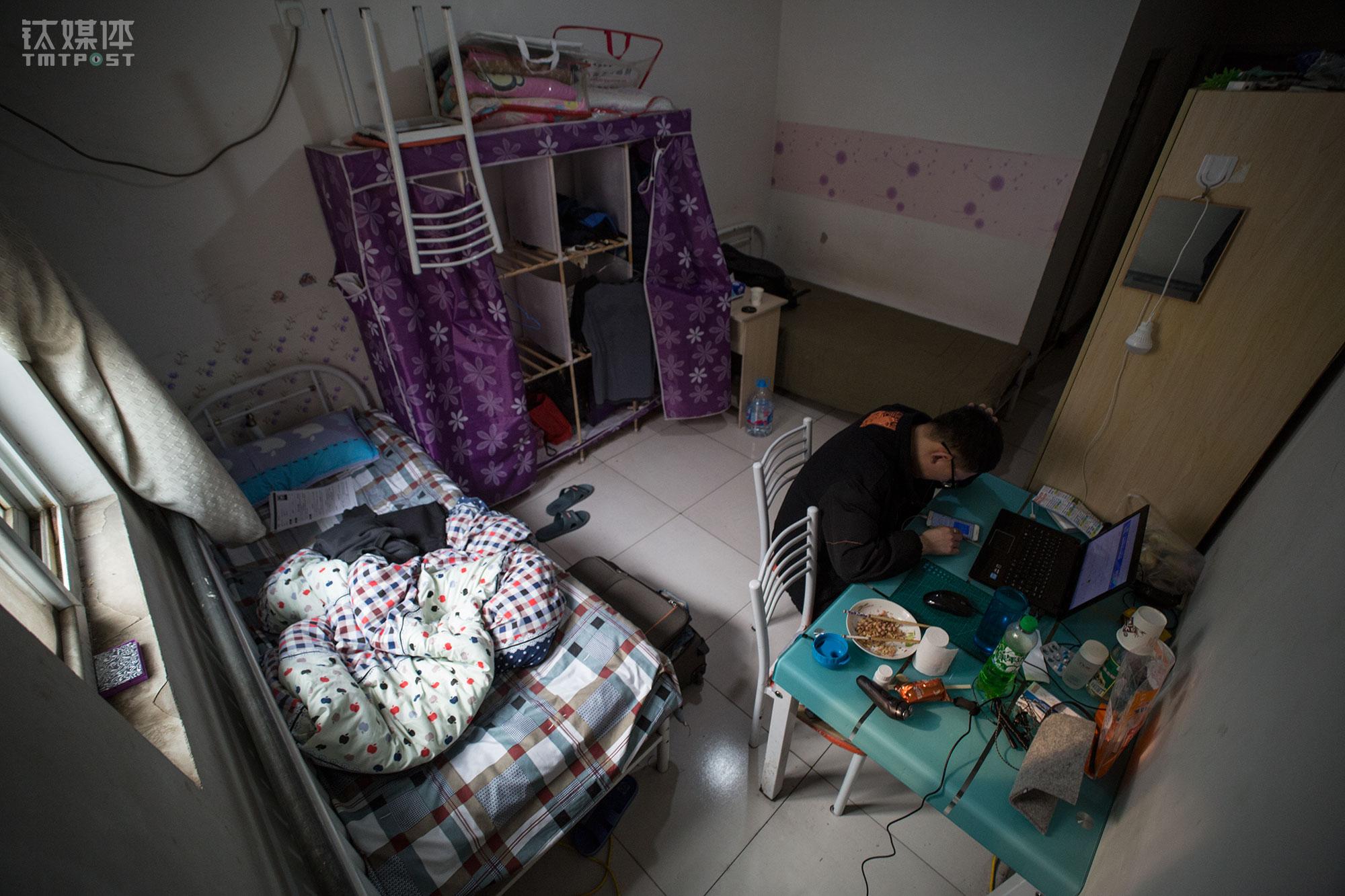 到达北京后,小林在床位费70元的青旅住了3天,后来通过大学室友介绍,他到了西北旺一处公寓暂时落脚。这间房子4月1号到期,小林可以在这里免费住到房子到期那天。