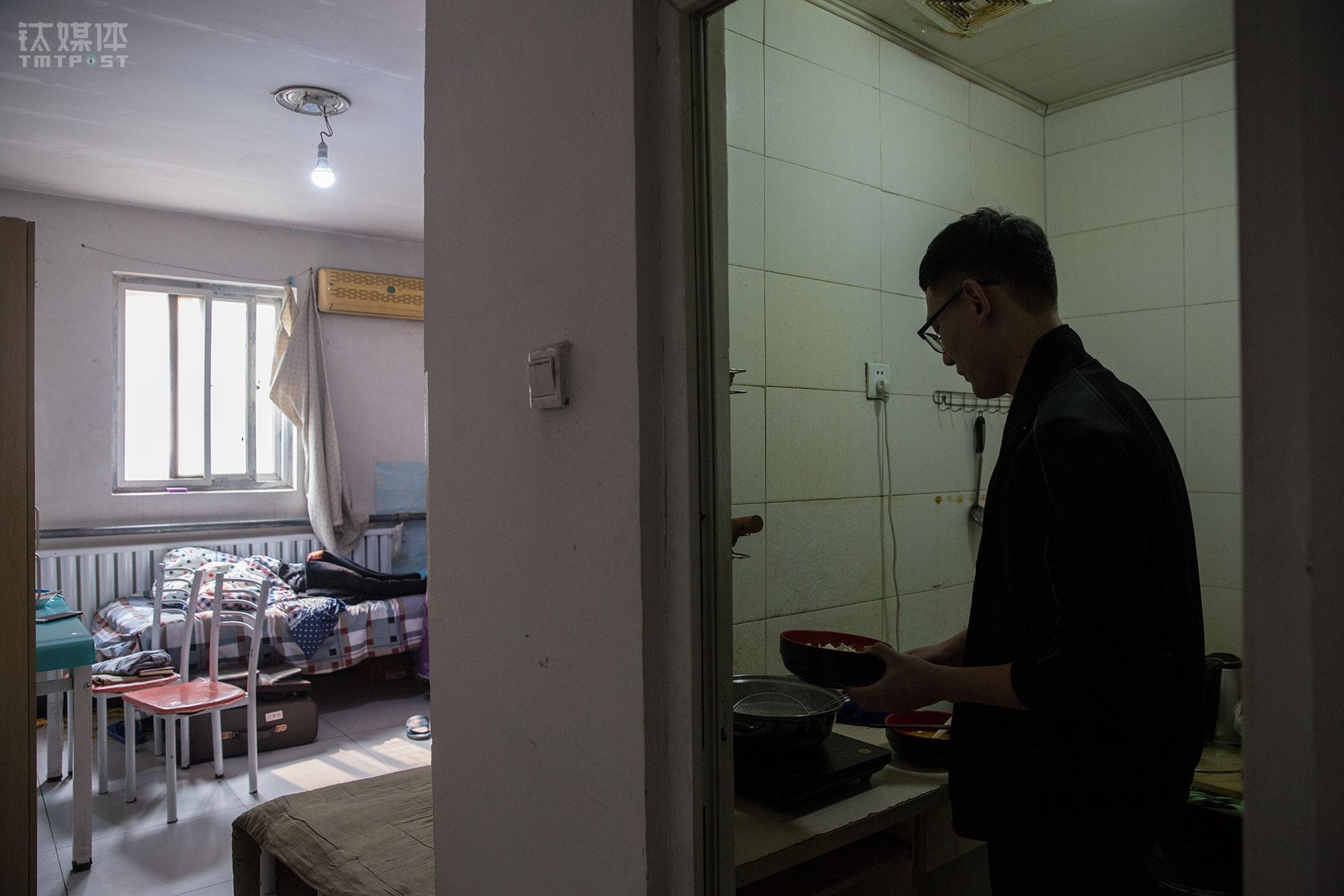 """为了省钱,小林每顿都吃鸡蛋煮面""""吃到快吐了""""。到北京来之前,小林做好了住地下室的准备,""""这房子有厨房有厕所,条件已经比我想的要好很多,我之前一个同学北漂住过没有窗户的地下室,厕所厨房都是公共的,有一次下雨还差点被淹了""""。"""