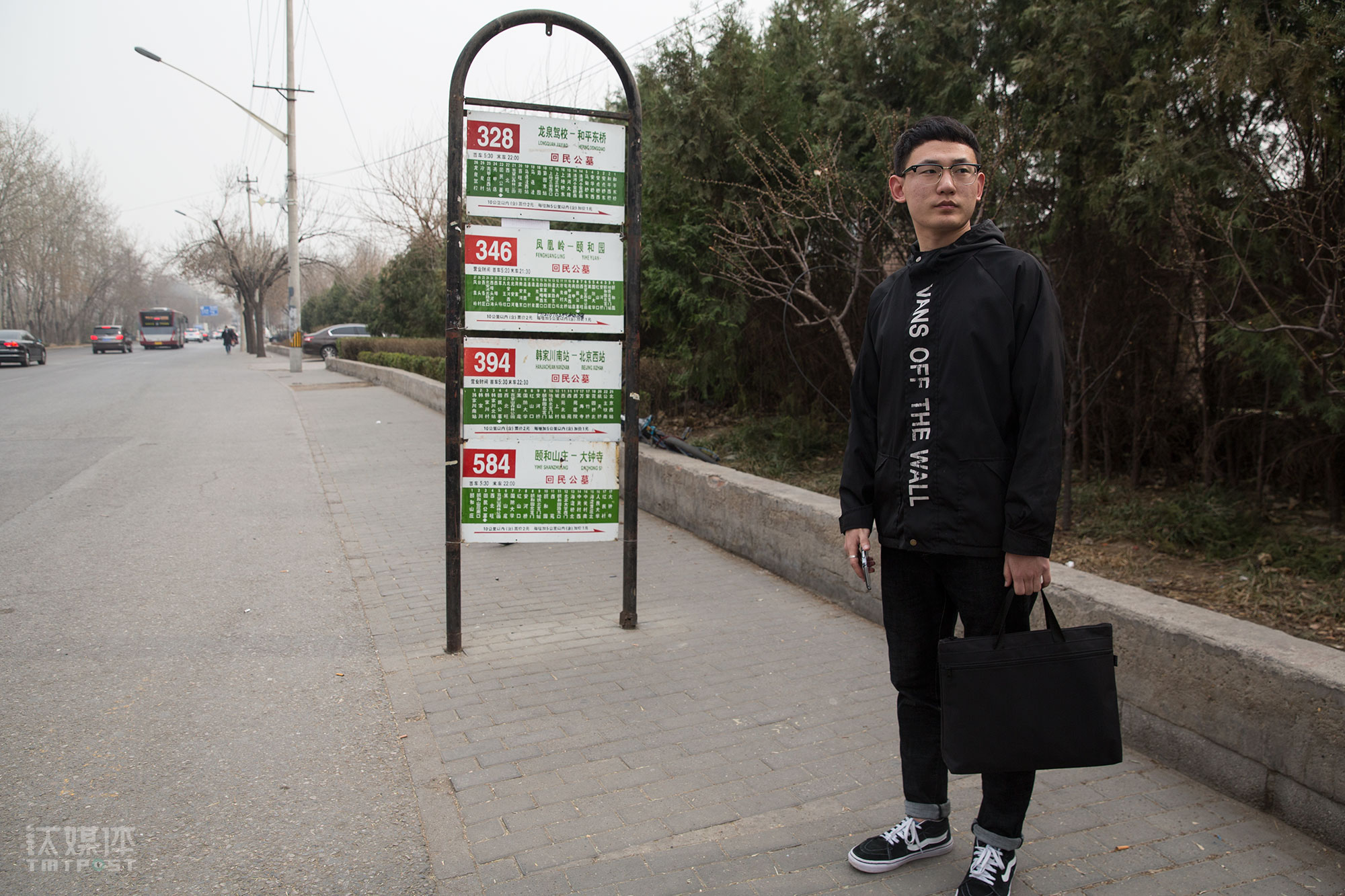 """3月26日,小林出门面试。到北京十几天他面了三家公司,有两家给了offer,他考虑后都婉拒了,因为那两个职位要做的事情并不是他的运营岗目标。他很看重人生的第一份工作,""""我不想草草找一个就这么凑合,最后一直跳槽。""""他希望找一个喜欢的工作,踏踏实实干下去,工资能让他维持在北京的基本生活就行,而更多情况下,他投出去的简历都石沉大海。"""