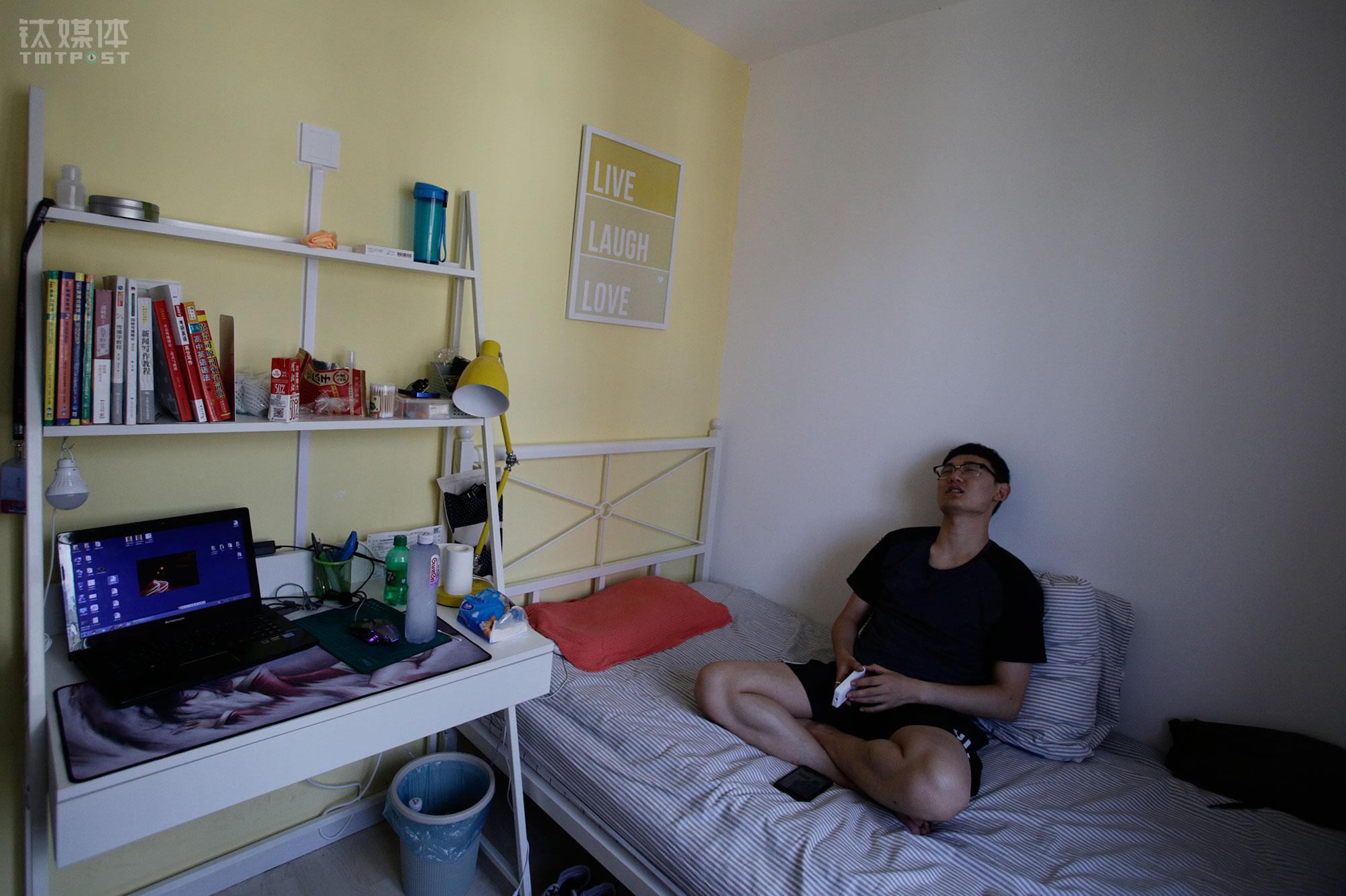"""他搬离了最初落脚的西北旺,公司和他搬家后住的地方相隔不到3公里,这个距离公司会给他一笔房补。端午节,他回了一趟家,用自己刚拿的工资给父母买了点礼物。""""希望自己能在工作中学到更多东西。""""小林说。"""