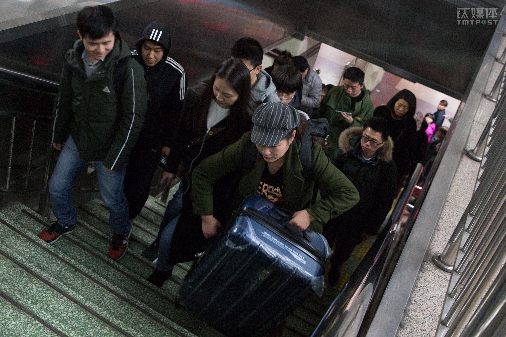 3月7日,北京四惠地铁站,中国传媒大学研究生路遥提着行李箱在地铁换乘,这一天她从山东老家回京,找到一份工作,是她接下来这3个月最重要的事情。2018年中国将有800万学生从高校毕业,他们中绝大部分都会走向社会谋求一份工作。