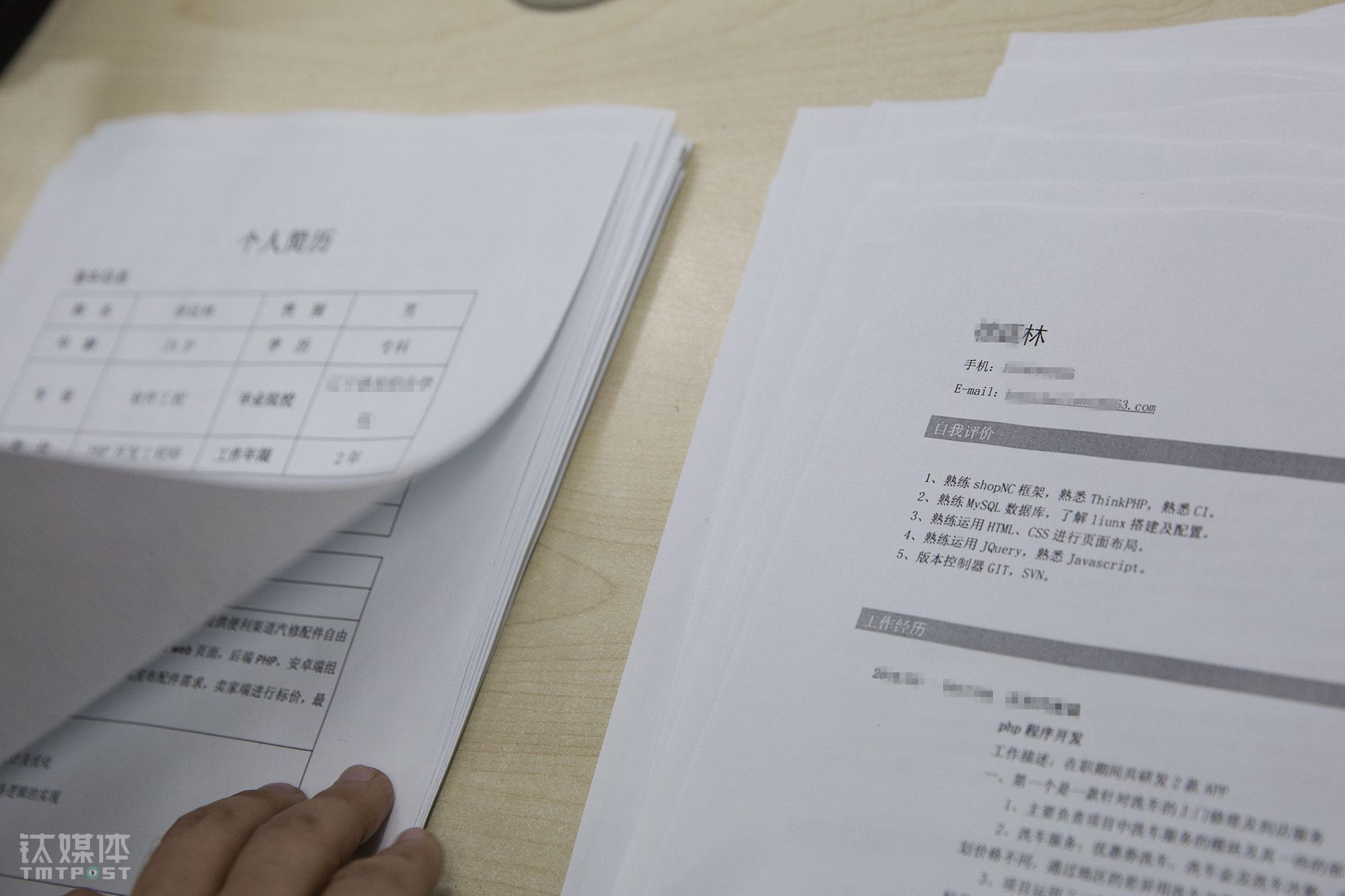 在打印店,小徐一次性打了十份简历,每份两张,一张写着个人简介,一张写着具体项目经历。他相信以自己的职业操守和经验能力,这些简历用完之前,就可以找到一份工作。