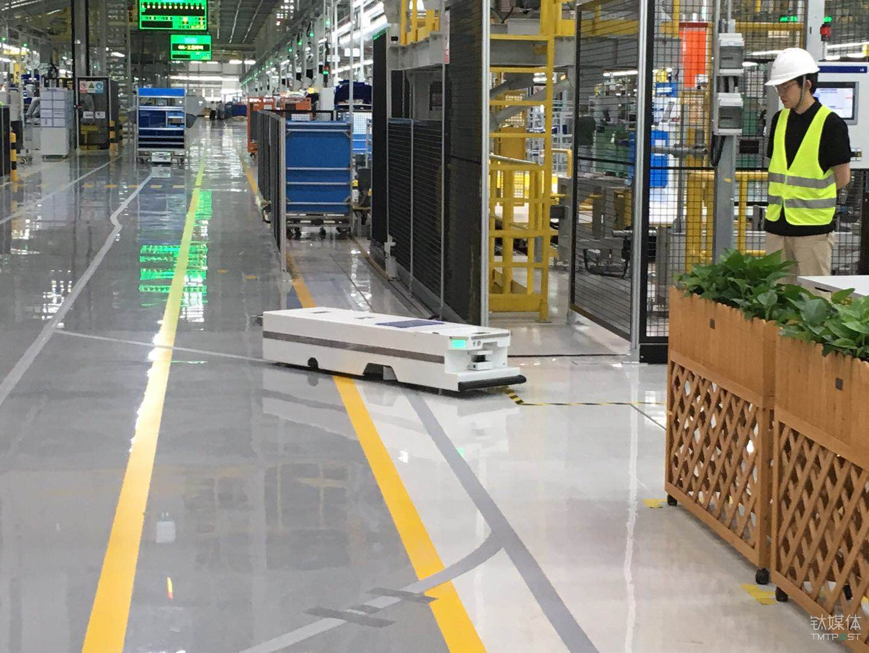 运送小型配件的AGV机器人
