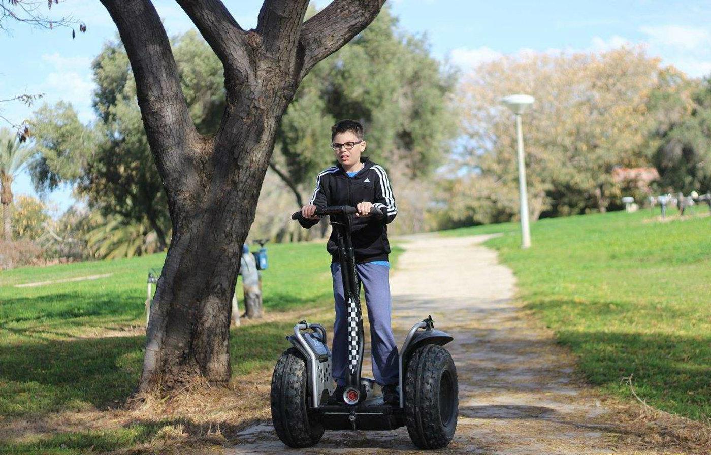 Segway是一种电力驱动、具有自我平衡能力的个人用运输载具,图片来源于视觉中国