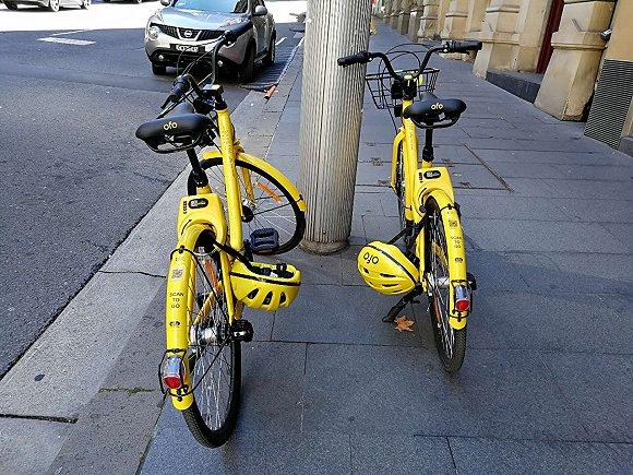 在澳洲骑共享单车要戴头盔,界面记者摄于悉尼街头