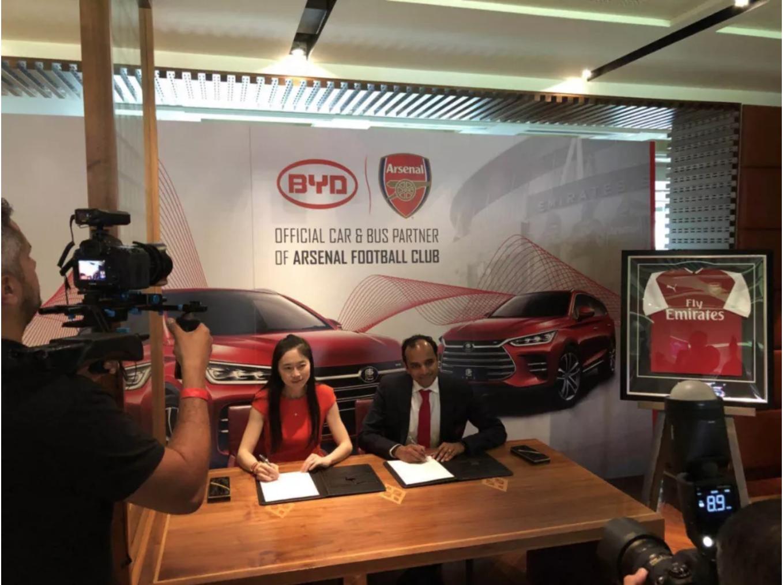 比亚迪总部品牌公关部部长李巍与阿森纳签署战略协议