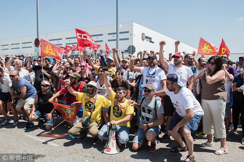当地时间2018年7月18日,西班牙马德里,亚马逊公司员工罢工继续,抗议者要求更好的工作环境和薪资