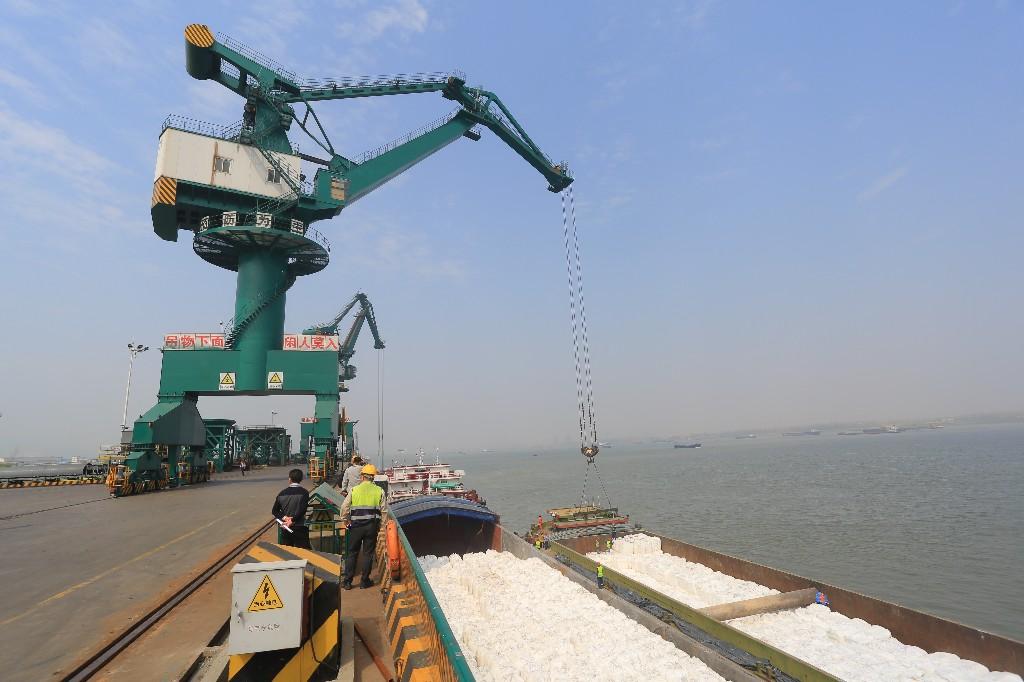 进口造纸原料将由码头运往生产车间