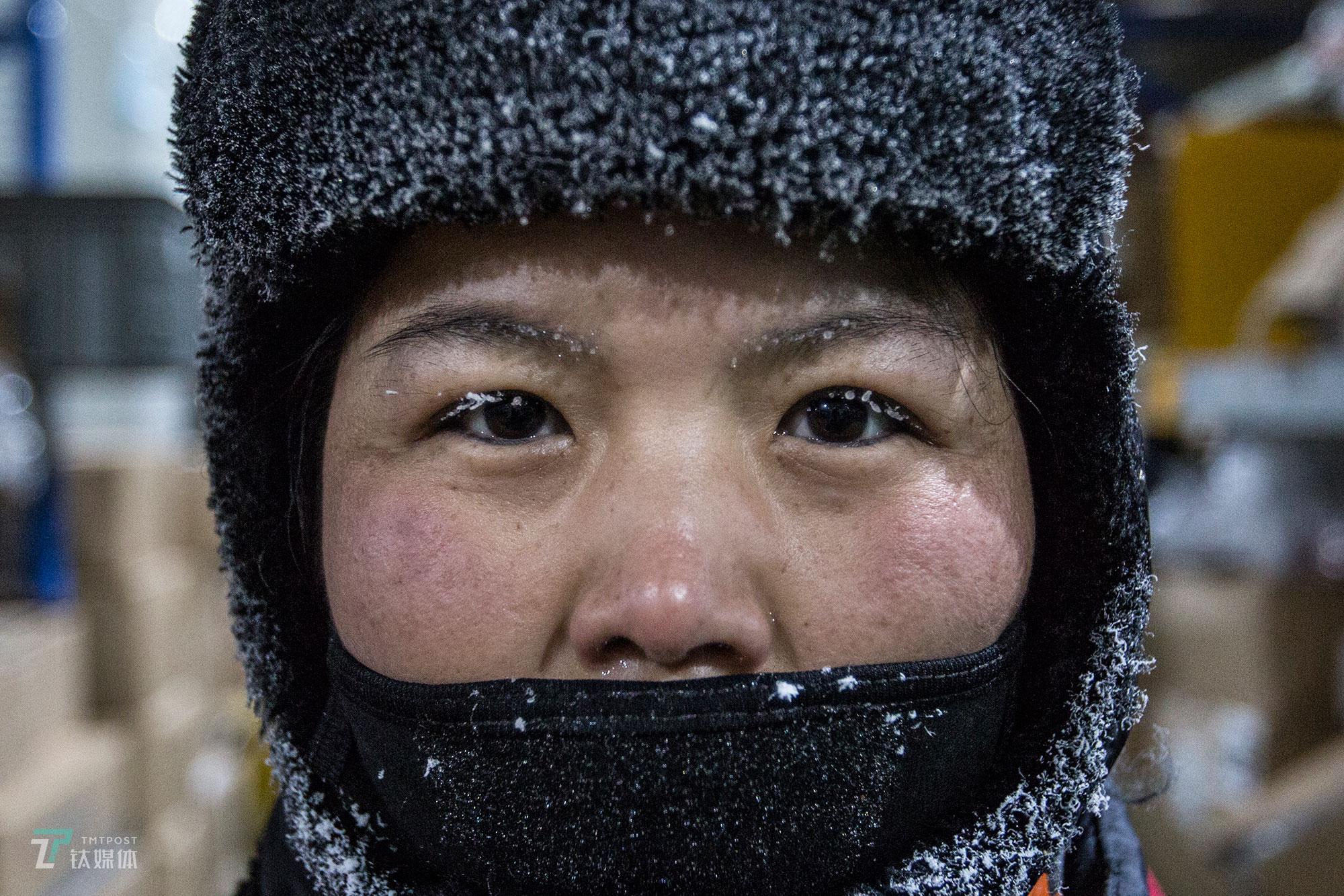 2018年8月2日,北京南六环马驹桥,京东生鲜冷冻仓库(-18℃),一名全副武装的拣货员,帽子和睫毛都结起了冰霜。