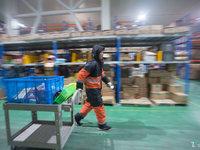 探秘京东冷冻仓:内外相差50度,寒冬里作业,酷暑中取暖丨钛媒体影像《在线》