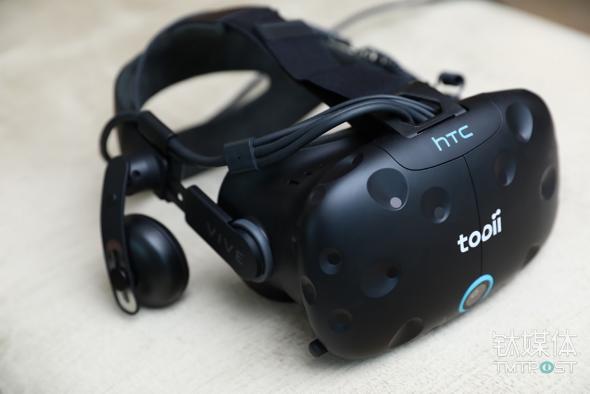 图二:内嵌Tobii眼球追踪模组的HTC Vive头显