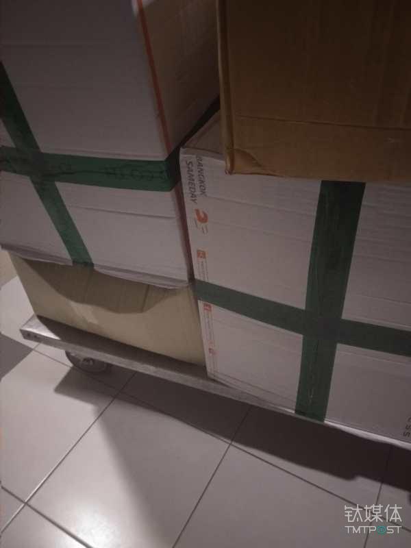 JD Central自营物流外包装出现了第三方物流标识