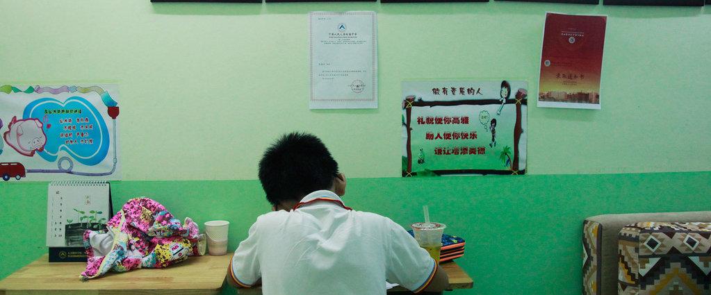 """少年走进海淀补习班,中国最激烈的""""拼娃""""战场丨钛媒体影像《在线》"""