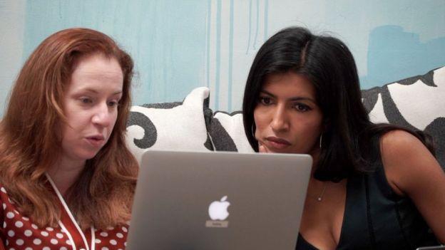 蕾拉·焦纳赫(右)