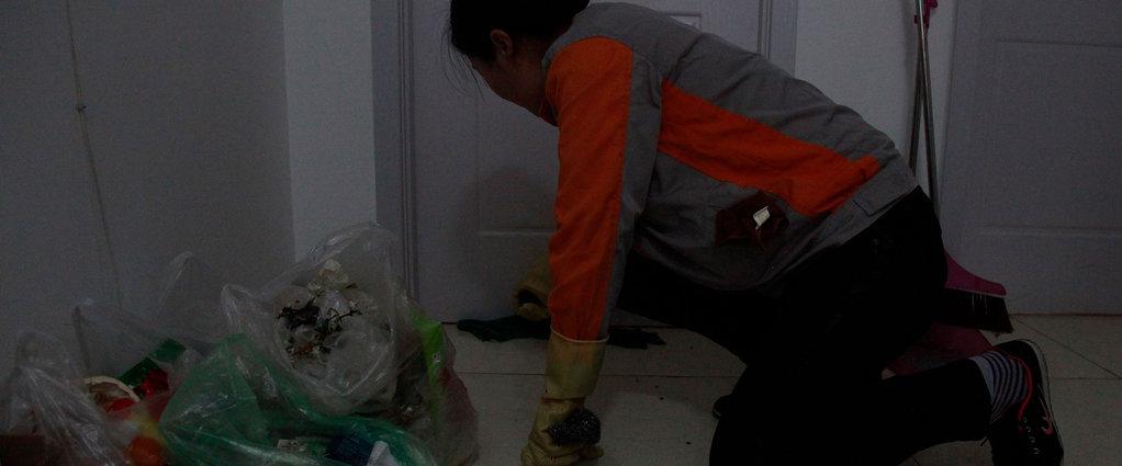 长租公寓保洁员:一年扫3600间屋子,每天弯腰200次,最怕差评   钛媒体影像《在线》