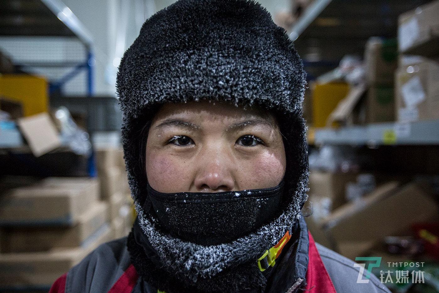 【温差50度】8月2日,北京马驹桥,京东物流生鲜冷冻仓库,零下18度的环境里,拣货员的睫毛、眉毛和帽子上都结上了冰霜。彼时,北京室外气温32摄氏度。