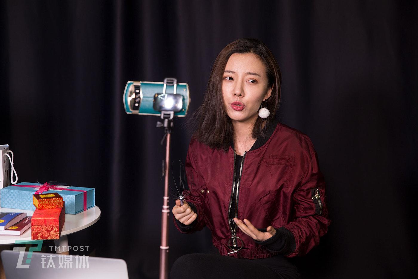 【美妆博主】1月30日,北京望京,一名美妆博主在拍摄短视频。
