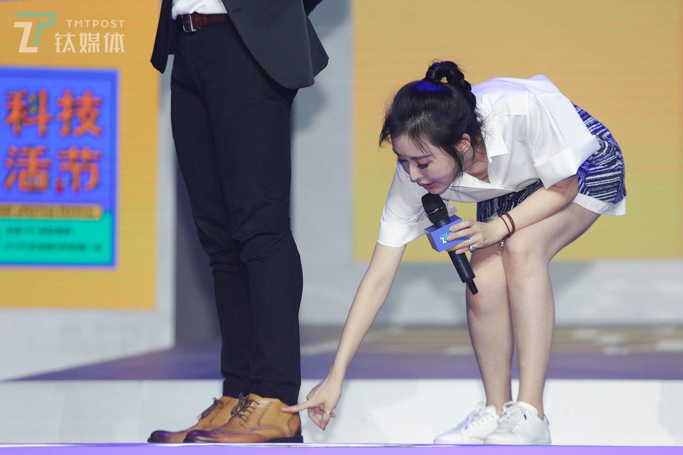 7月29日,2018钛媒体T-EDGE科技生活节,承礼学院创始人田朴珺现场点评男主持人的穿搭。