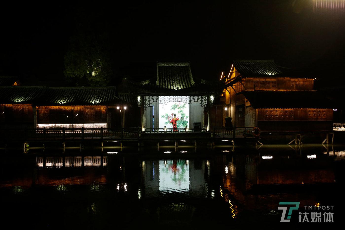 【一场戏】11月8日,乌镇西栅景区,一名花鼓戏演员在水上戏台表演。第五届世界互联网大会期间,景区闭门谢客。